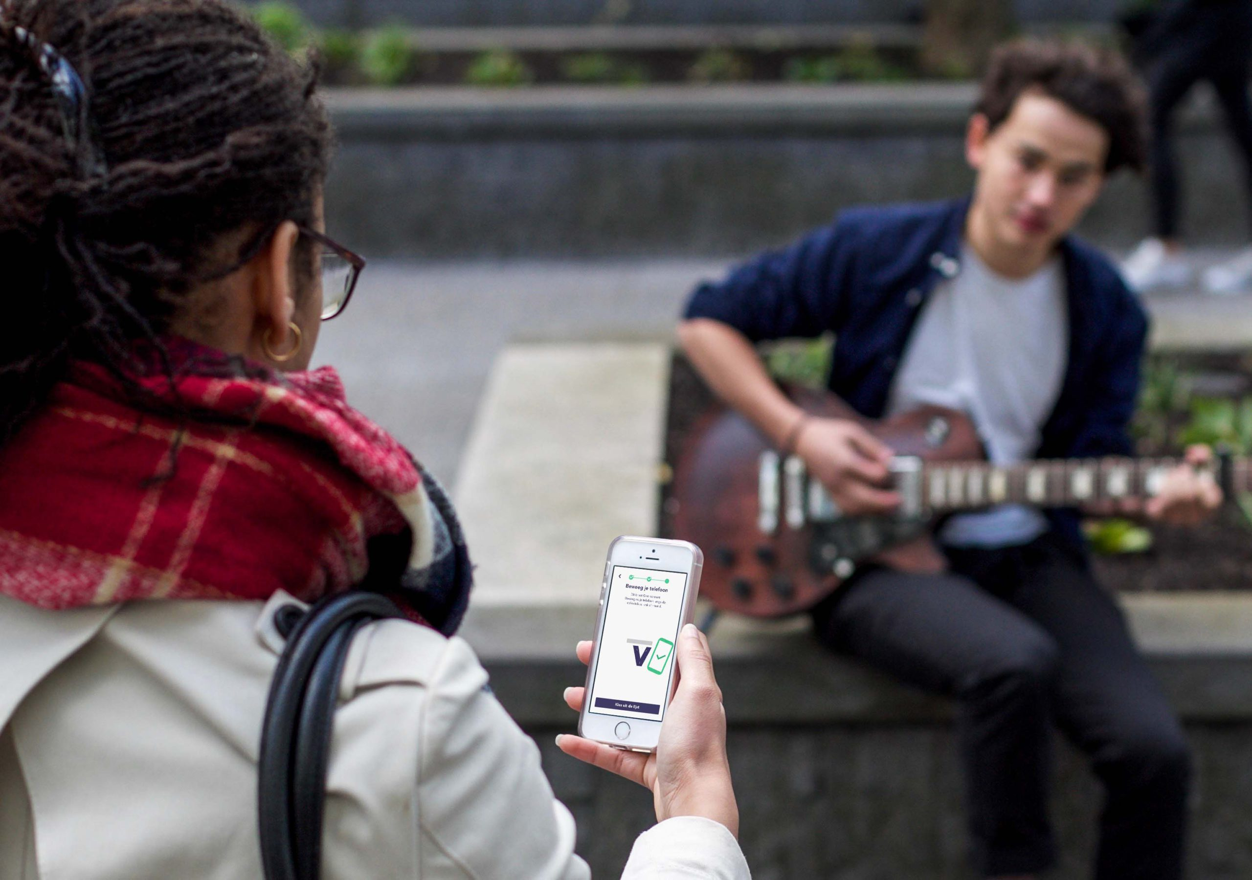 Geven aan straatmuzikant-min
